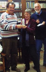 Η κ. Κέννα ανακηρύσσεται επίτιμη δημότης Ανάφης από τον δήμαρχο Ανάφης κ. Ρούσσο Ιάκωβο // Μάιος 2006